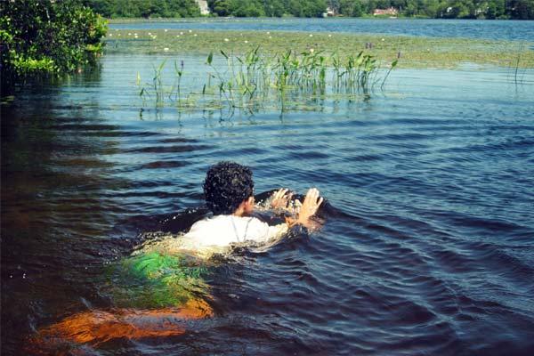 Плывущий в водоеме человек