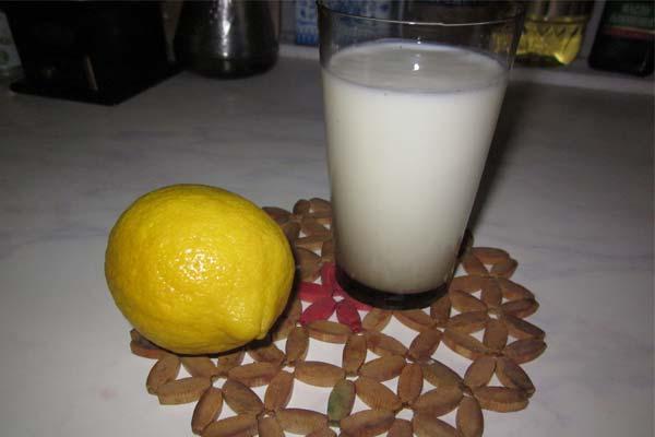 Стакан кефира и лимон