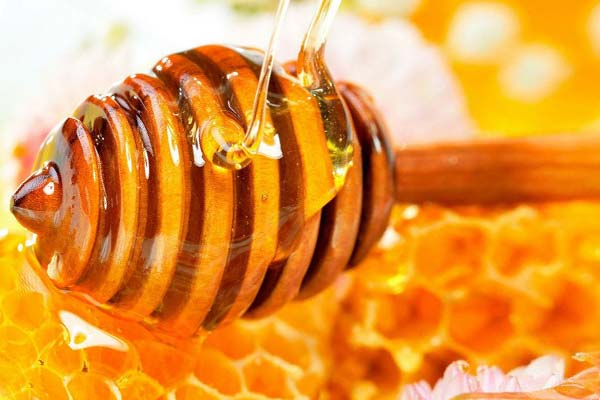 Мед подходит для ухода за волосами