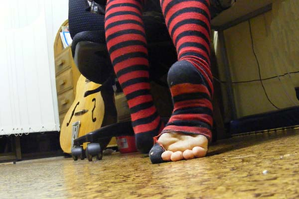 Рваные носки красные в полосочку