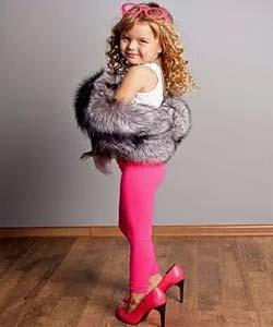 Девочка на каблуках и в мехах
