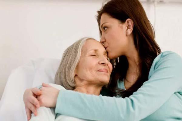 Женщина со своей матерью