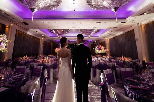 Жених и невеста в банкетном зале