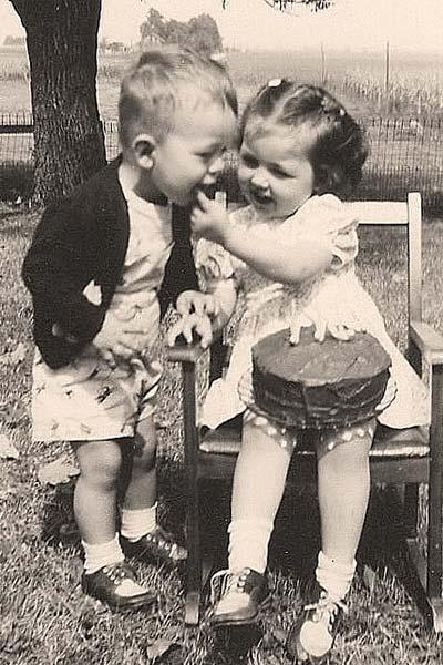 Дети кушают торт на лавочке