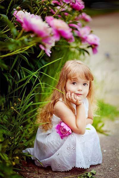 Маленькая девочка с пионом