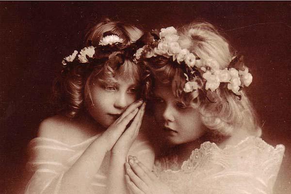 Две красивые девочки, старинное фото
