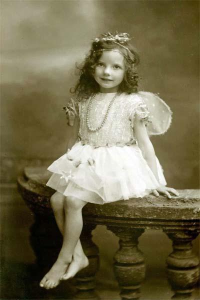 Девочка в белом платье