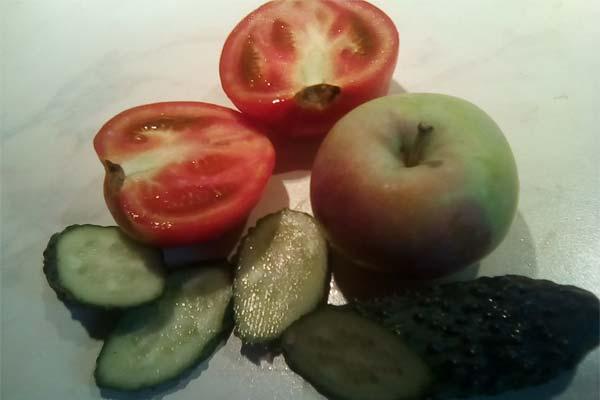 Помидоры, огурцы, яблоко