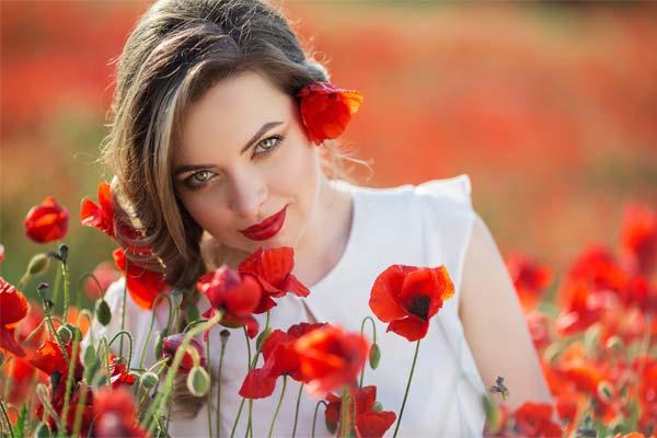 Девушка с красными цветами