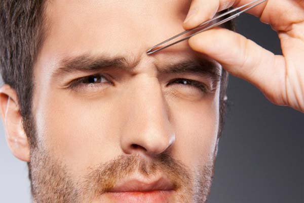 Выщипывание волос на переносице