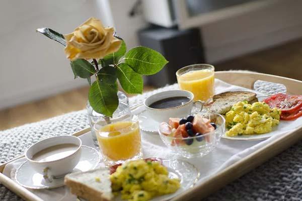 Сервировка завтрака в постель