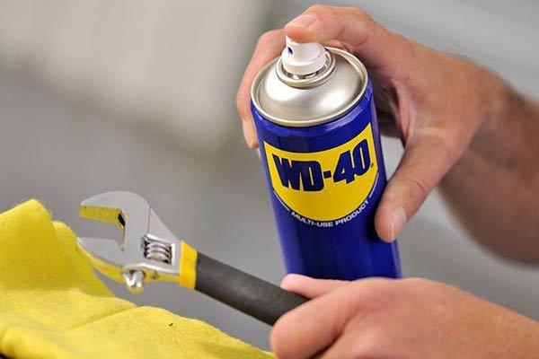 Смазка WD 40 и разводной ключ