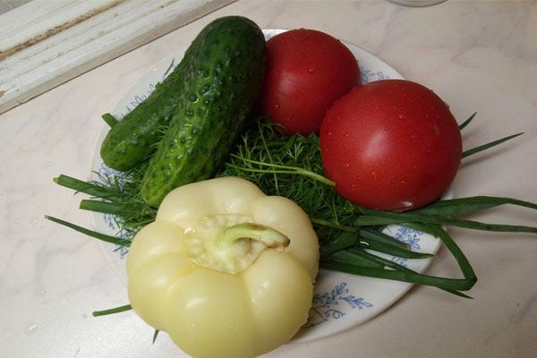 огурцы, помидоры, перец на тарелке