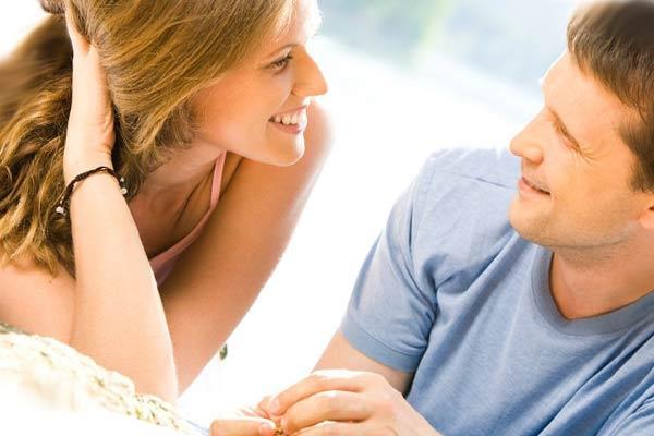 Девушка весело разговаривает с мужчиной