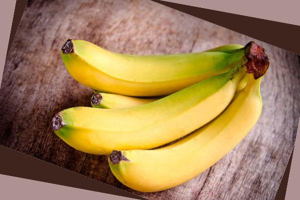 Связка бананов на столе