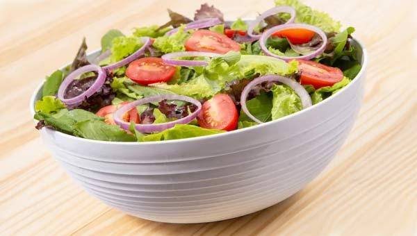 Полезный овощной салат в миске
