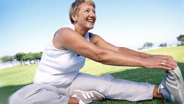 Женщина за 50 физические упражнения на природе