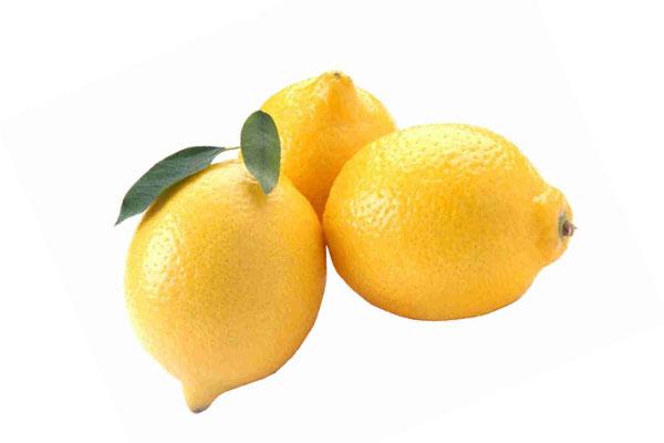 Три желтых лимона с листиками