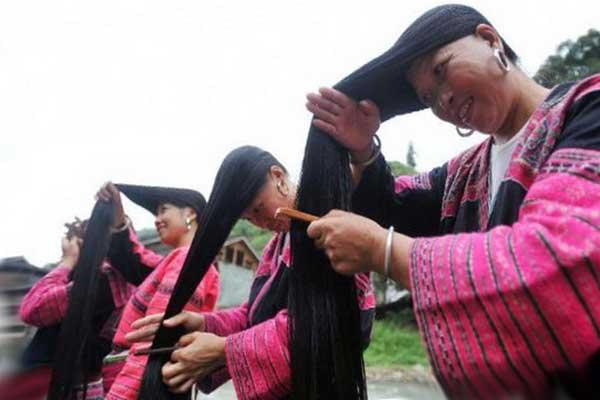 Азиатки расчесывают длинные волосы