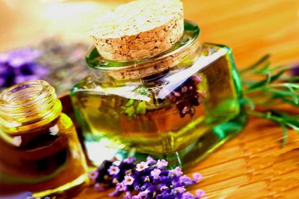 фиолетовые цветы и желтая жидкость в бутылке