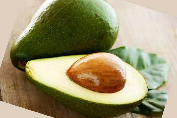 Плоды авокадо в разрезе с косточкой