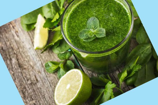 Стакан с зеленым соком, лайм и мята