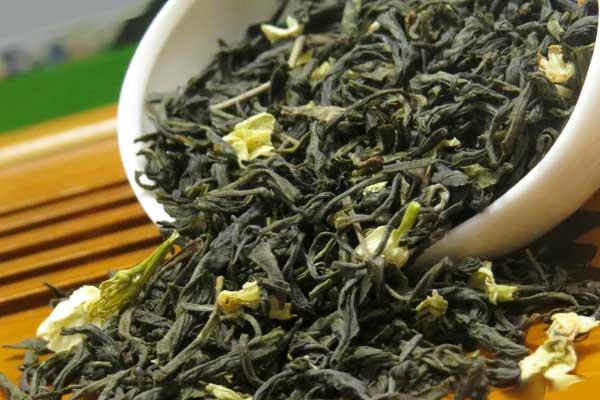 зеленый чай сухой в белой миске