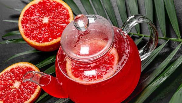 Стеклянный чайник и грейпфрут
