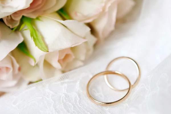 Розы и обручальные кольца на фате