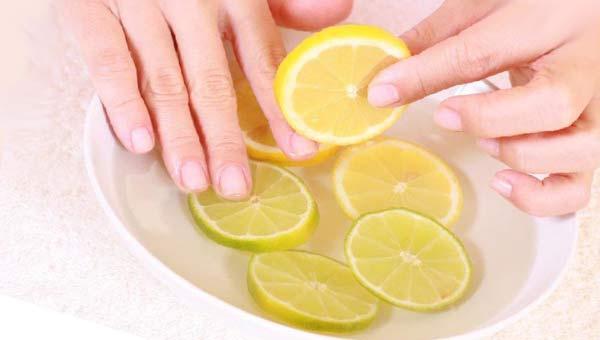 Миска с водой и лимоном, пальцы в воде