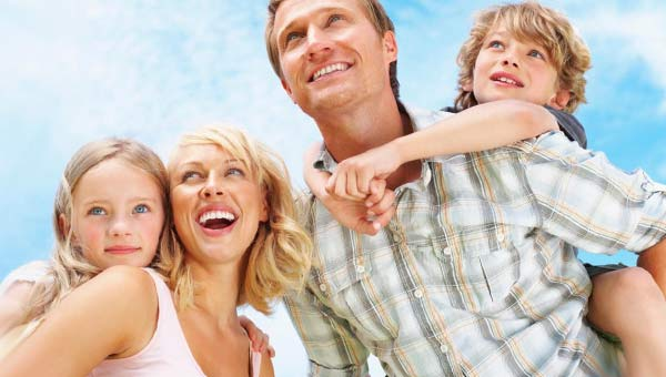 Мама, папа и двое детей, небо