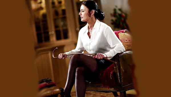 Госпожа в кресле с клюкой