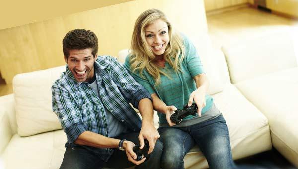 Мужчина и женщина играют с джойстиками в руках