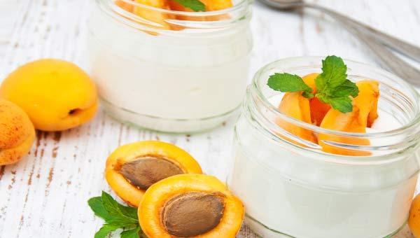 Абрикосы, баночки с йогуртом