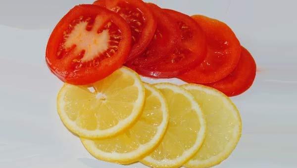 Нарезанные помидоры и кружочки лимона