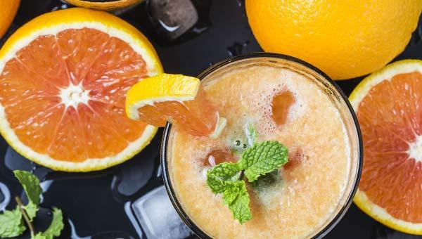Грейпфрут, апельсин, стакан сока, вид сверху
