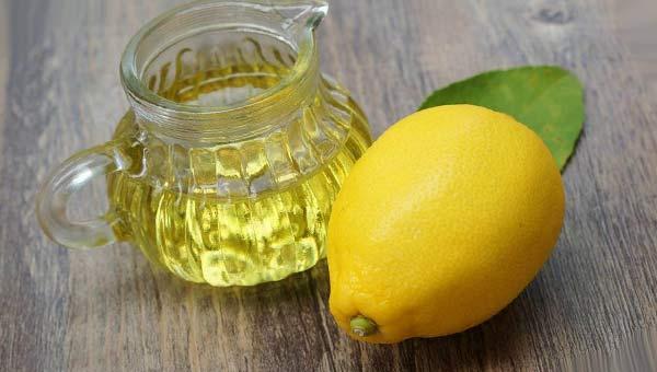Кувшин с оливковым маслом и лимон