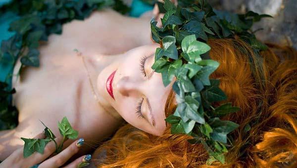 девушка с рыжими волосами и плющом