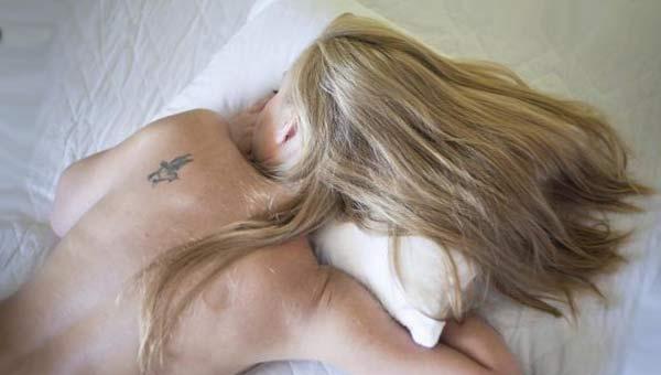 Девушка спит с татуировкой на плече