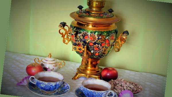 Русский самовар и чашки с чаем