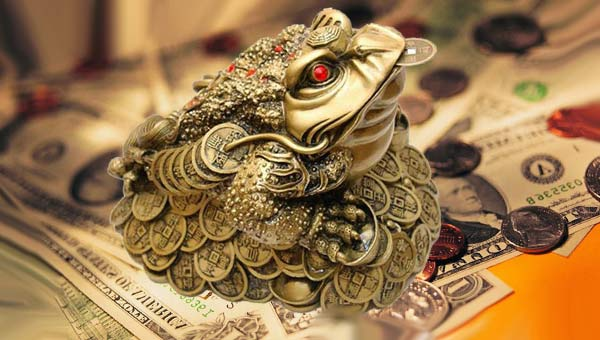 Трехлапая лягушка фэншуй на куче денег